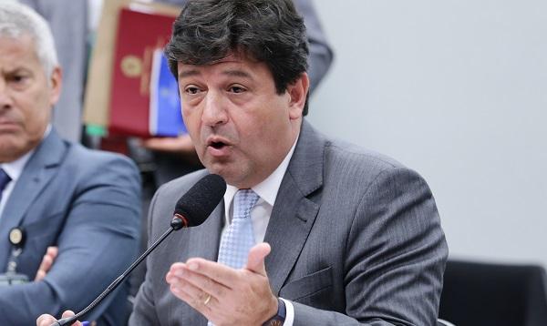 Ministro diz que governo tentará resolver situação de médicos cubanos