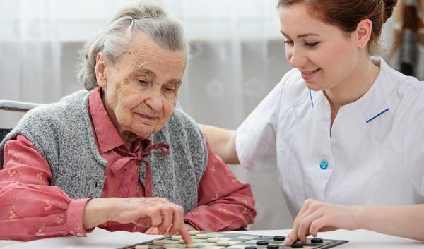 Parlamentares debatem PL que regulamenta profissão de cuidador