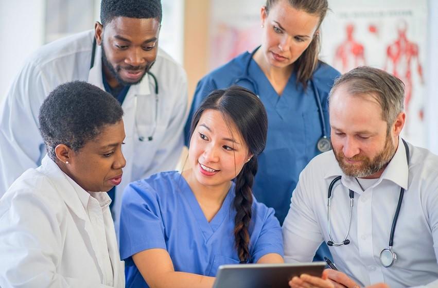 FGV lança programa com oito minicursos gratuitos para profissionais da saúde